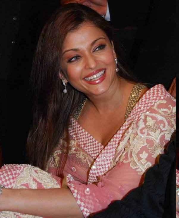 Latest Wet Thigh Show Aishwarya Rai Bachchan in Cool Saree Latest
