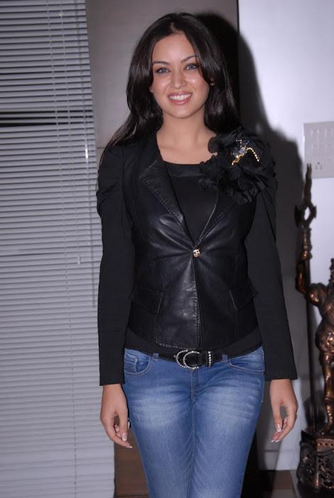 maryam zakaria new @ naa ishtam logo launch unseen pics