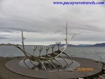 La barca solar Solfarid y a la Opera Harpa de Reykjavik