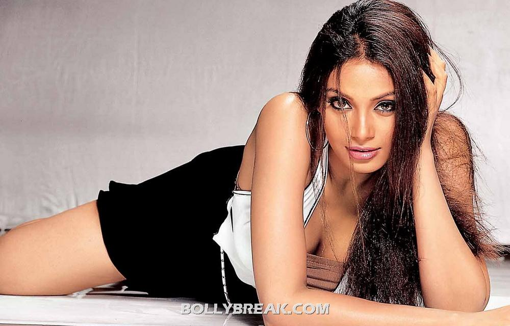 Bipasha Basu Dusky Hot Wallpaper - Long Open Hair