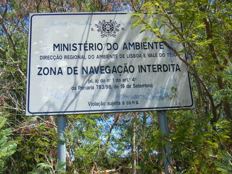 Placa de sinalização de zona de navegação Interdita