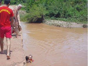 Bombeiros resgatam duas crianças em rio na cidade de Sousa, na PB