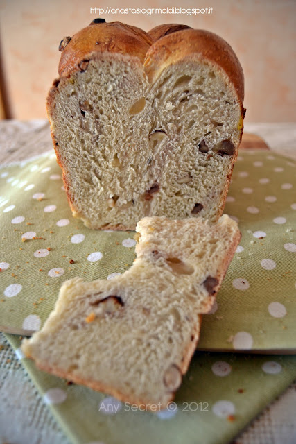 pane a cassetta a lievitazione naturale con latte, noci e nocciole (da una ricetta di sara papa)