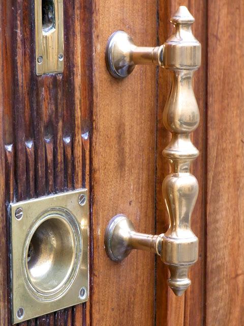 Eingangstür in Frankreich, Holztür mit Messing