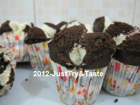 Resep diadaptasikan dari blog Dapurnya Rina - Bolu Kukus Susu Coklat