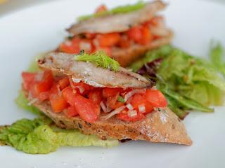 Crostini aux filets de sardines grillées à la plancha, concassée detomate et fenouil