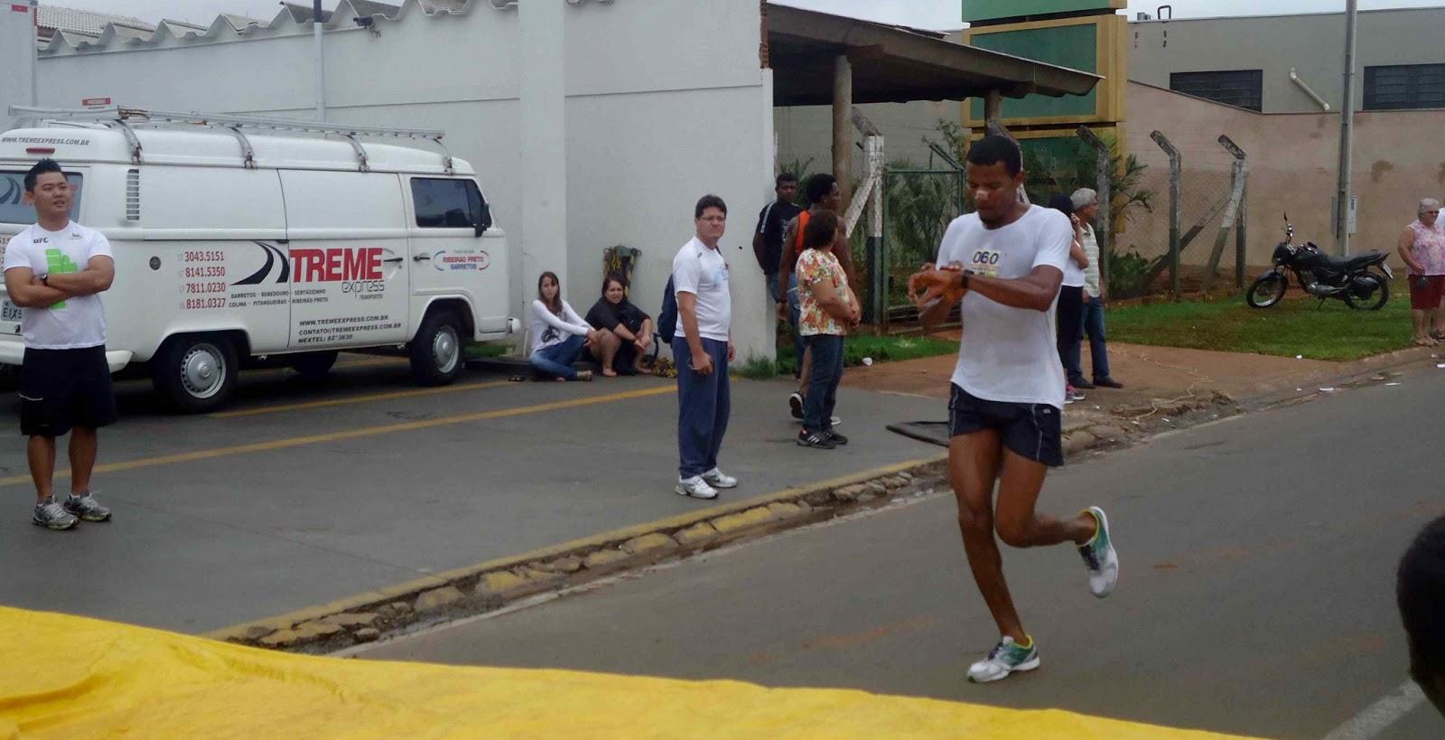 Foto 54 da 1ª Corrida Av. dos Coqueiros em Barretos-SP 14/04/2013 – Atletas cruzando a linha de chegada