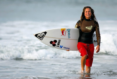 Four Seasons Maldives invites Peruvian surfing champ Sofia Mulanovich to the  Championships Trophy 2015