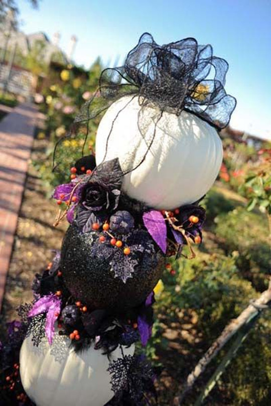 Chic pumpkin decor for a Halloween wedding flowers fall 2016
