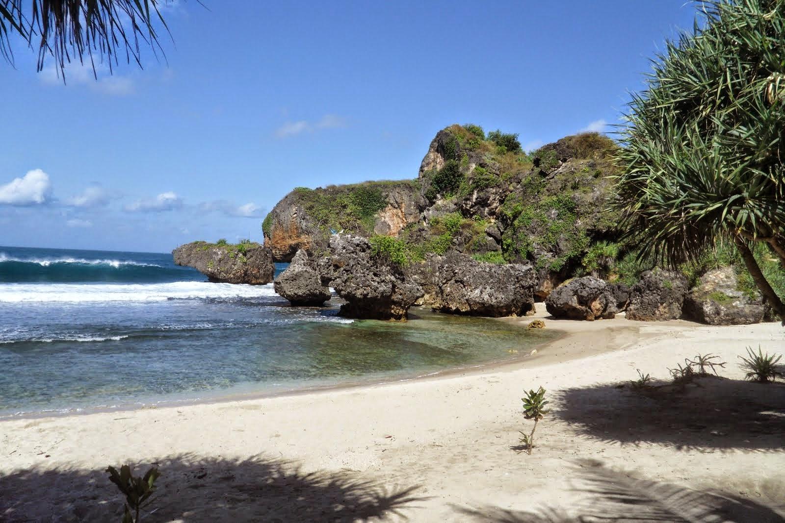Tebing Tinggi Di Sekeliling Pantai Menjadi Ciri Khas Pantai Siung