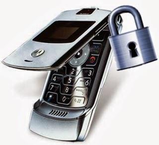 abrindo a porta do carro com o celular