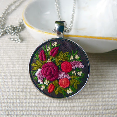 haft rococo, embroidered pendant, haftowane róże, haftowany naszyjnik, naszyjnik z haftem, embroidered jewerly, naszyjnik vintage, medalion z haftem, handmade jewerly, embroidered necklace, vintage jewerly, biżuteria retro, haft na lnie