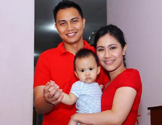 Isyana Bagoes Oka bersama Suami dan anak