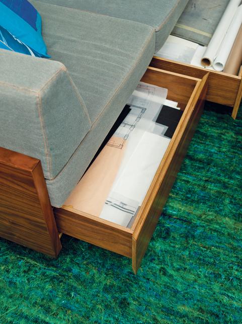die wohngalerie raffiniertes versteckspiel auf kleinstem platz. Black Bedroom Furniture Sets. Home Design Ideas