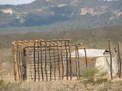 A armação de madeira da casa de taipa