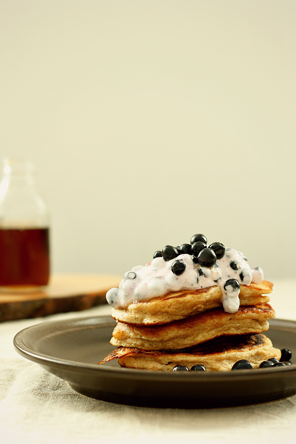 Pancakes z ricottą, cynamonem, kardamonem i jagodami