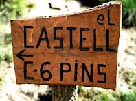Detall del rètol de fusta el castell/camí dels 6 pins