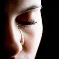 Hình ảnh cô gái khóc vì yêu