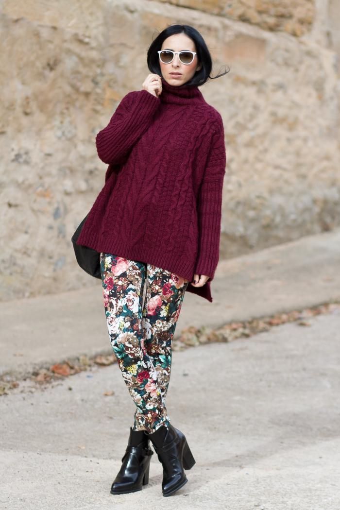 Estilismo Look con pantalones de flores verdes rojos granate maxi jersey de lana y botines con hebillas de Zara Blogger valenciana Moda