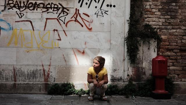 Ritratto di ragazzina in un vicolo di Venezia