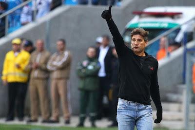 Mesmo apos derrota, Renato Gaucho ainda se diz confiante no esquema dos tres zagueiros.