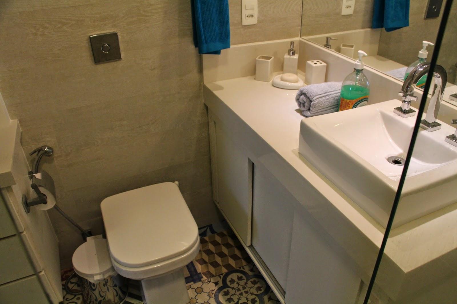 banheiro social que também é o banheiro do filho ganhou um piso  #0C435B 1600x1066 Banheiro Com Piso Hidraulico