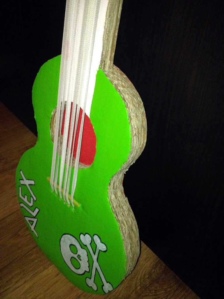 Gitarre aus Pappe basteln