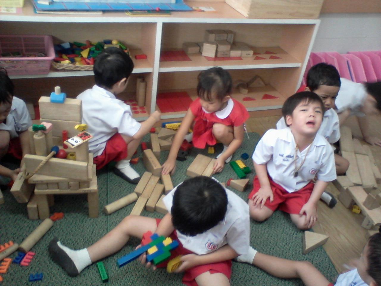 เด็ก ๆ แบ่งปันของเล่นกัน