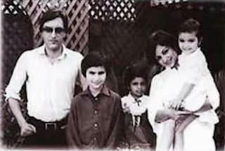 http://3.bp.blogspot.com/-K0Ig37CCay0/UCMoI7NFW6I/AAAAAAAACas/AVNyKZRFsOw/s320/Saif+ali+khan+with+family.png