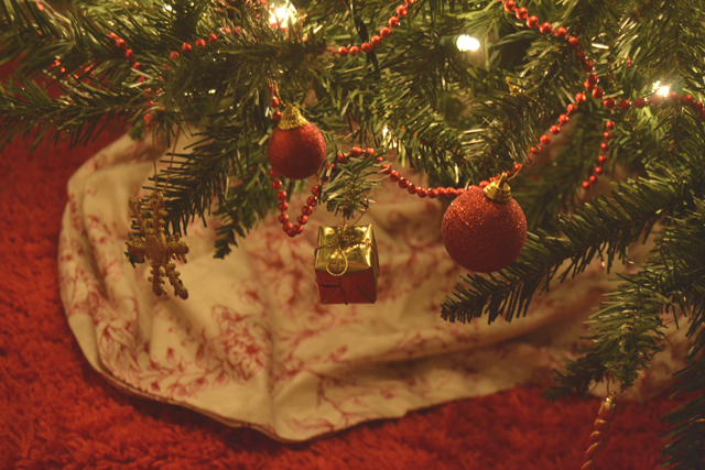 Becky bedbug 5 tips for decorating a christmas tree for Tree skirt alternatives
