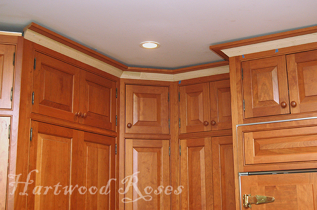 Cherry kitchen cabinets crown molding kitchen design for Oak crown molding for kitchen cabinets