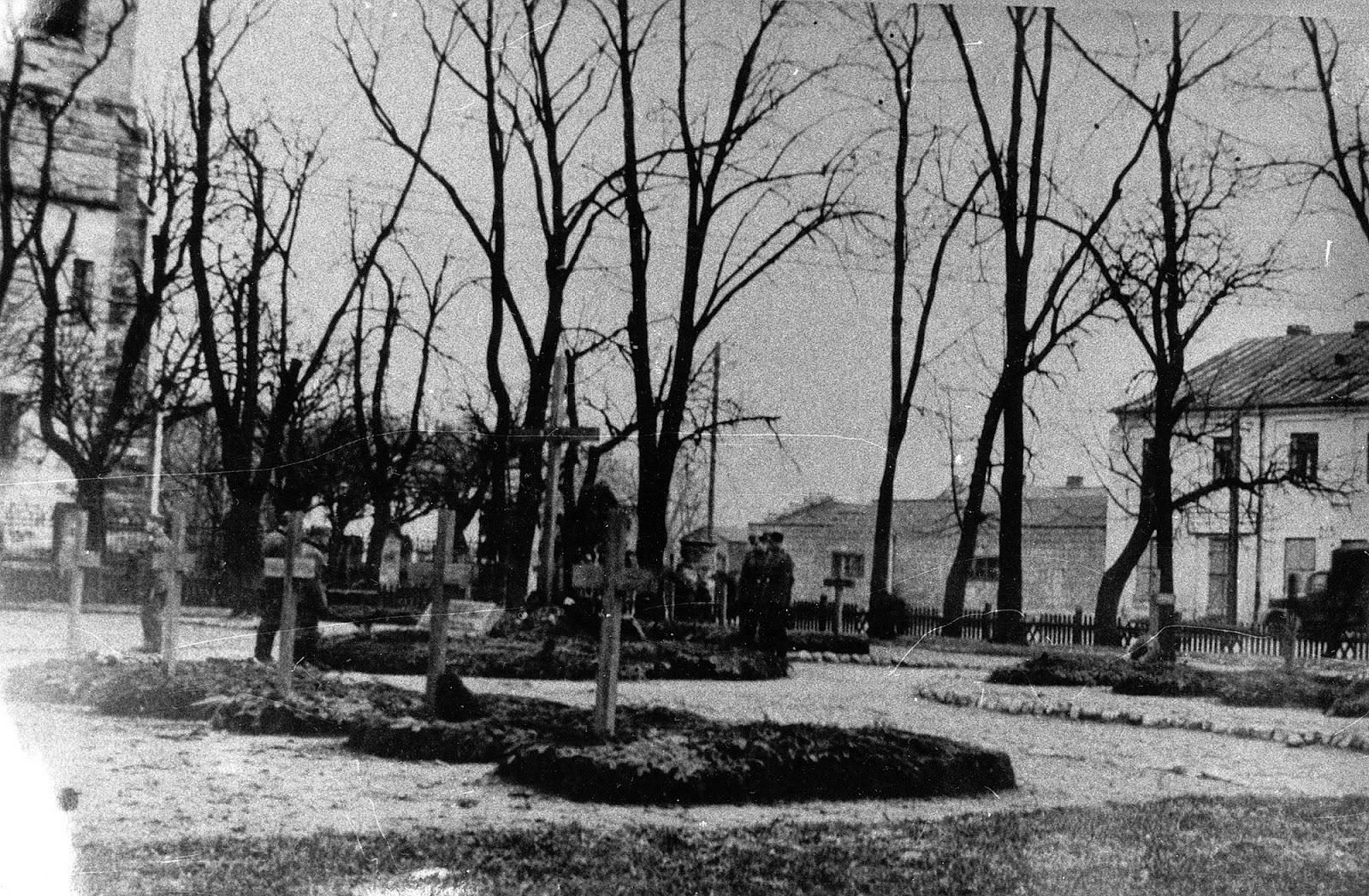 Widok na Ehrenfriedhof Konskie. W centralnej części zdjęcia widoczny drewniany krzyż ze znajdującą się pod nim tablicą kamienną poświęconą 3 żandarmom polowym poległym dnia 20.9.1939 roku koło Piotrowego Pola. Zdjęcie wykonane zapewne jesienią 1940 roku. Skan fotografii udostępnił Ryszard Cichoński.