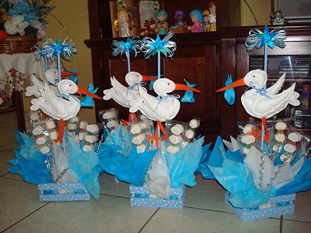 Delicado Centro De Mesa Para Decorar La Mesa Principal Con Una Hermosa  Cigüeña Elaborada En Fieltro, Y Bouquet De Flores.
