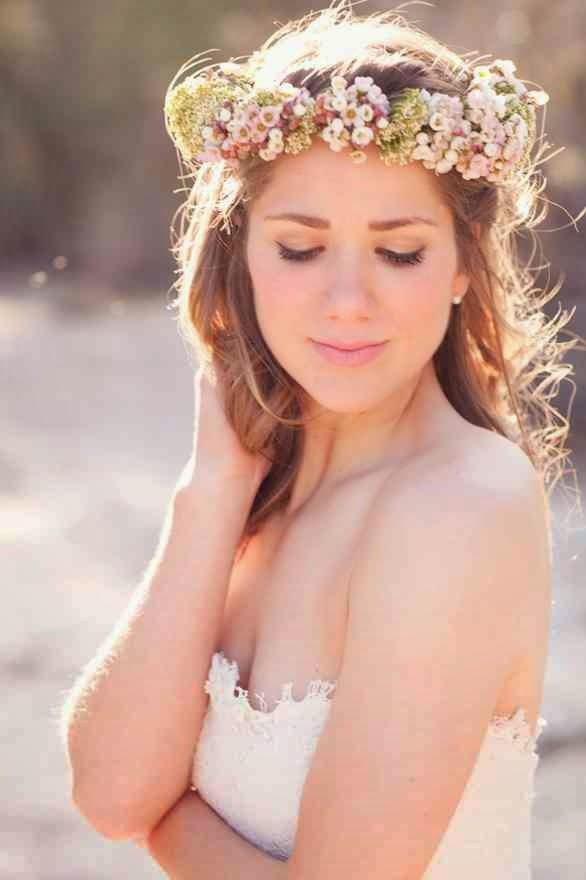 utilizar las flores para el pelo pero de una manera diferente puede ser con una diadema de flores si tu boda es en el campo o ms informal ste peinado es