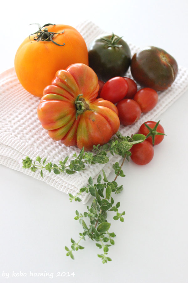 Tomaten Tomatensorten Ochsenherz Kirschtomaten Pesto Basilikum Pizzateig Flatbread Fetakäse Rezept