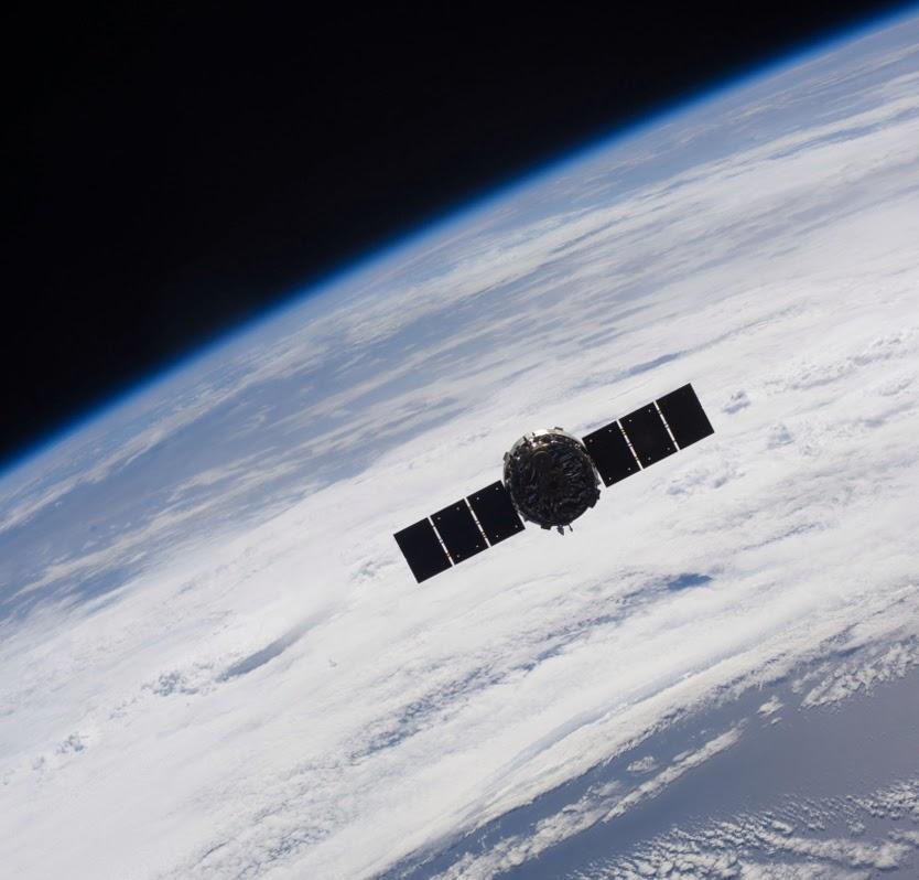 Корабль Cygnus, отстыкованный от МКС, во время первого полета 22 октября 2013 года.