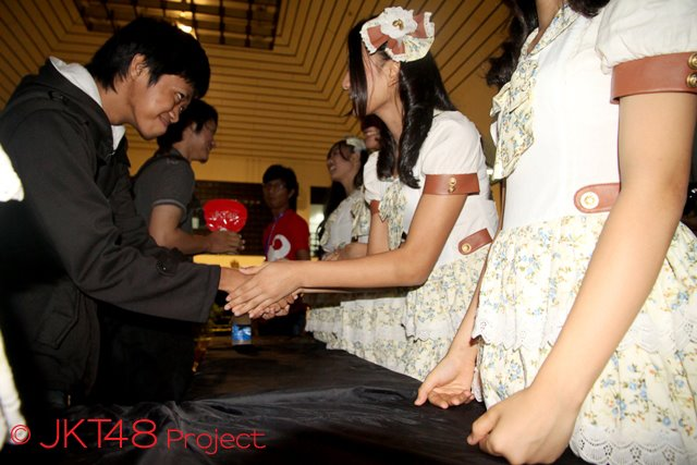 Jabat Tangan Paling Legendaris di Indonesia 2837848_20120630052812