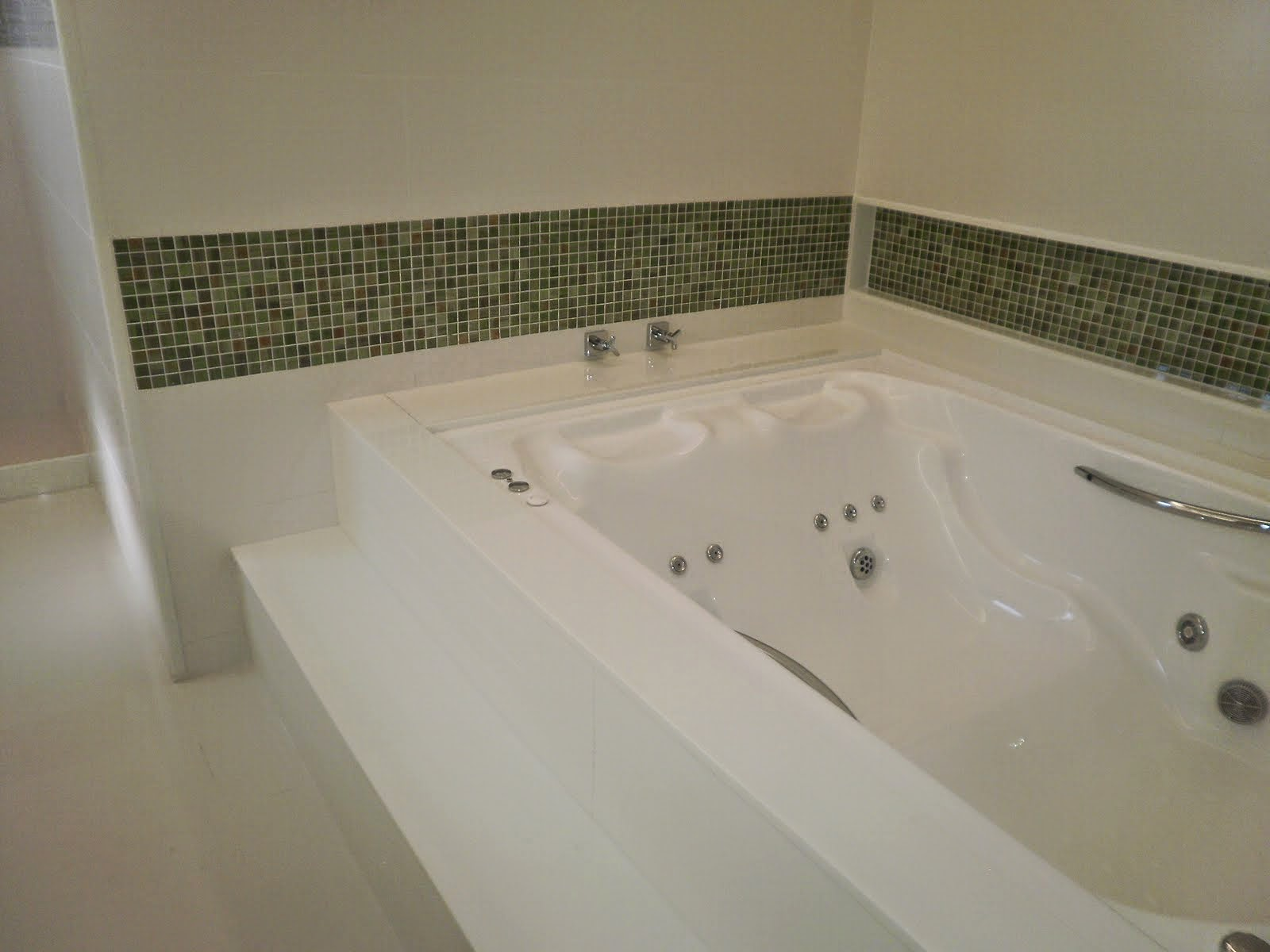 #45432C Tipo isso: mas com um nicho menor (repare que a parede da frente é  1600x1200 px Banheiro Para Banheira 2665