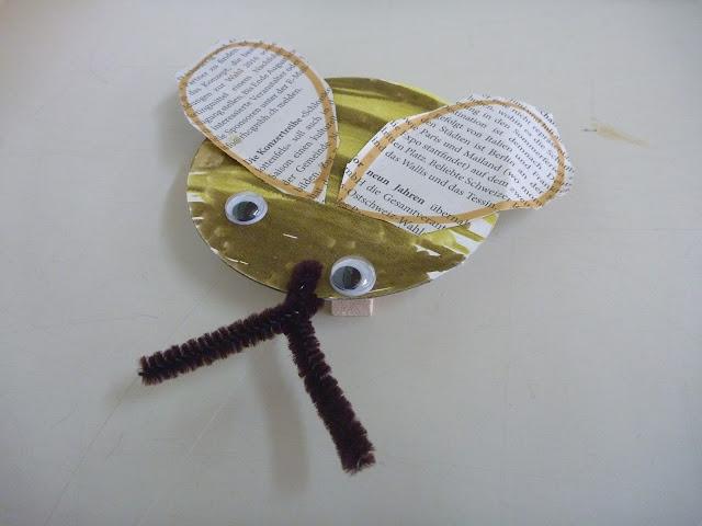 Biene mit Flügel aus Zeitung