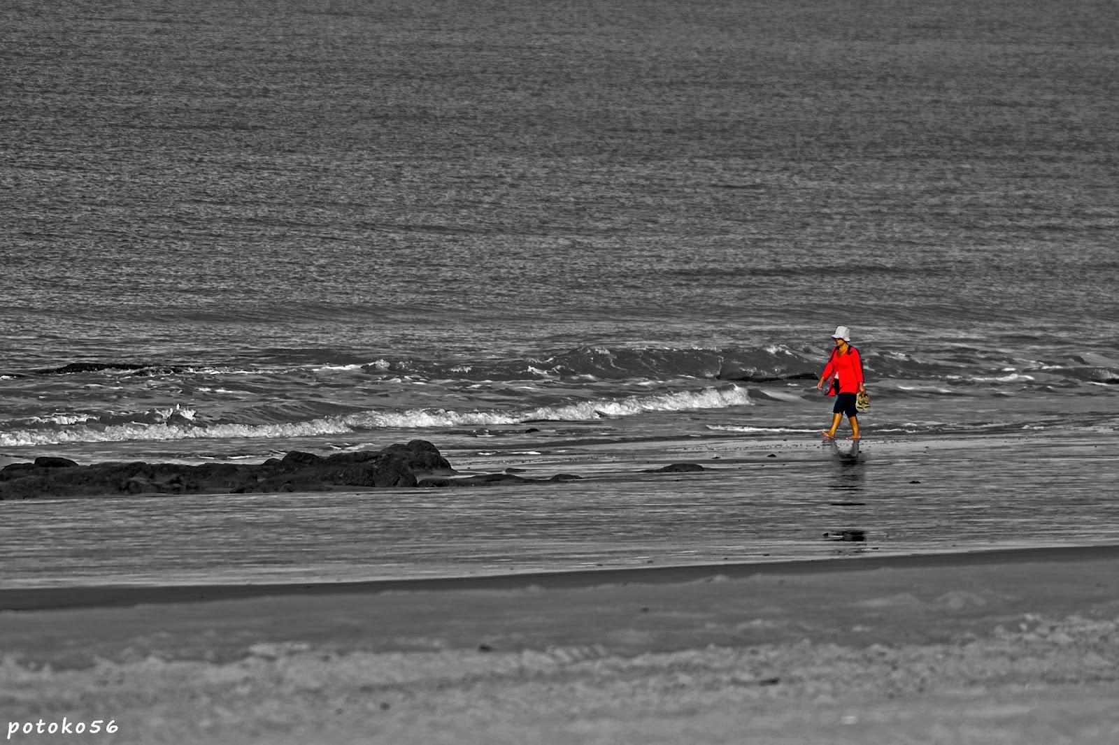 Turista caminando por la Playa de La Costilla Rota