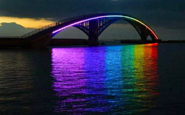 It's a simple pedestrian bridge by day, but this bridge puts on a show at night. The rainbow lights illuminate not only the bridge, but reflect off the water below.