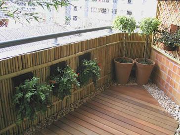 Varanda pequena de apartamento, transformada em um ambiente aconchegante e rústico.