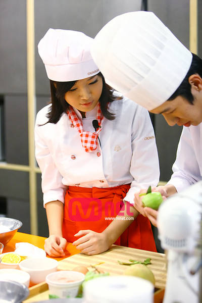 cute and charming kim yubin cooking