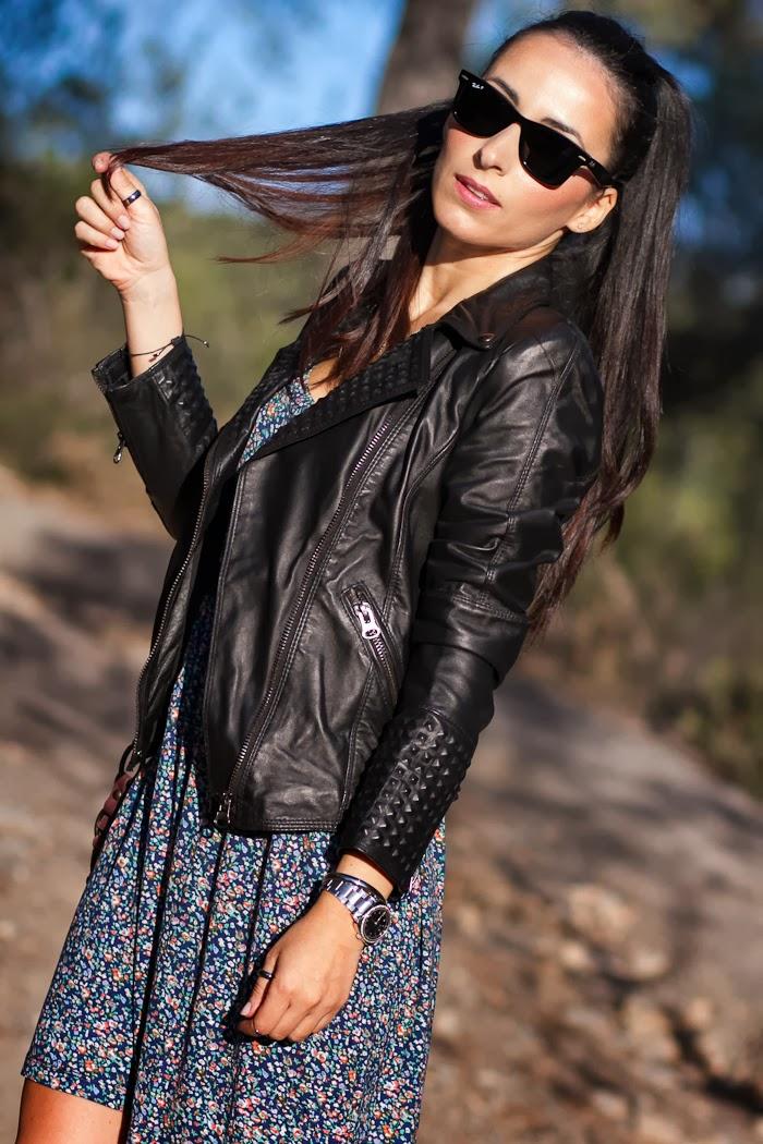 Bloguera moda valenciana con chaqueta de cuero con tachuelas y vestido de flores