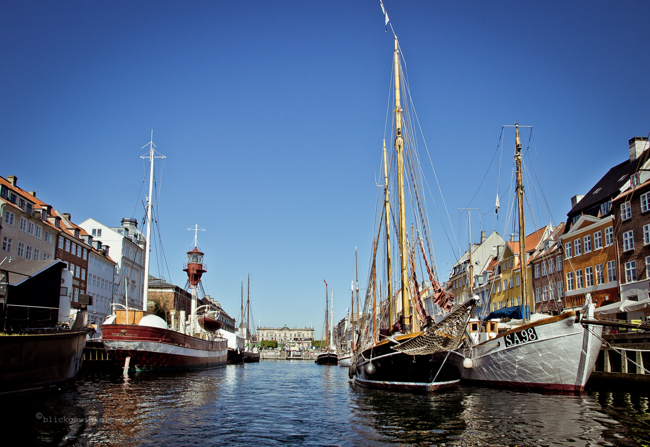Blauer Himmel, Segelboote, Häuserfassaden am alten Hafen in Kopenhagen