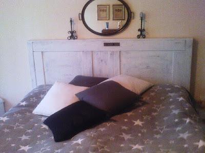 Hur fäster man en dörr som sänggavel