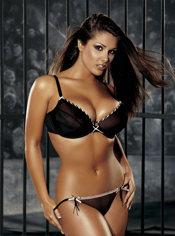 Lucy Pinder sexy in lingerie