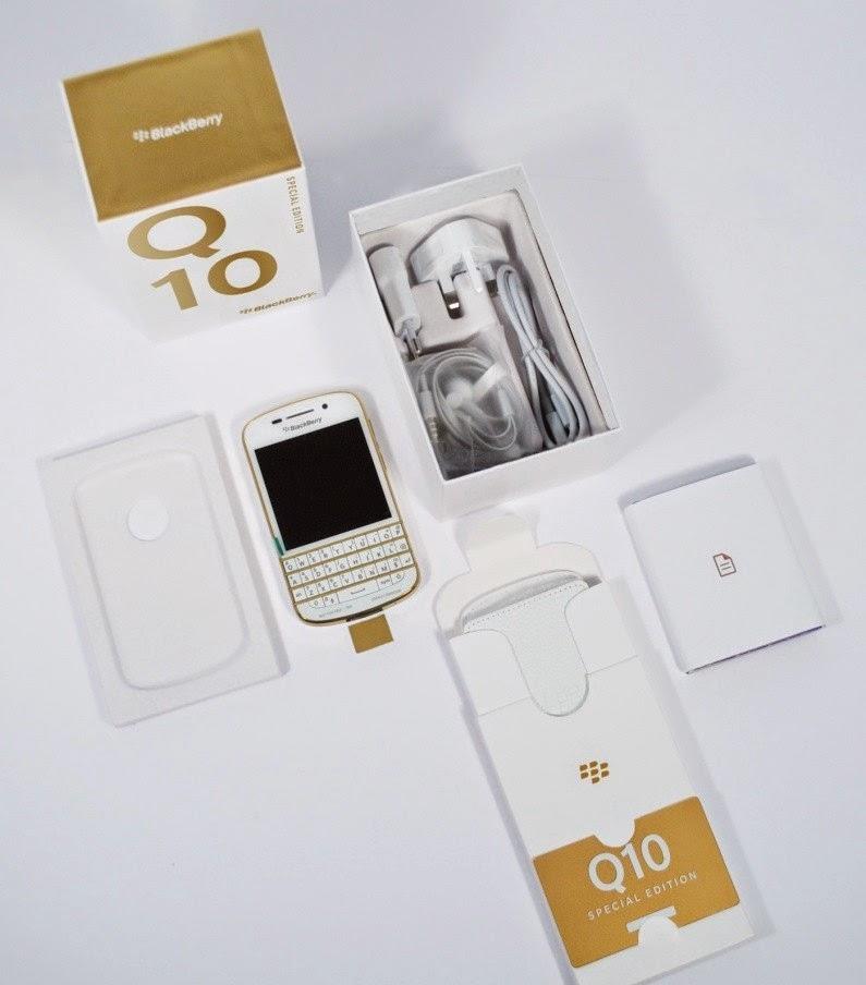 Si ha estado deseando la Edición especial Blanco y Oro del BlackBerry Q10 que solo estaba disponible oficial para Dubai y se podía conseguir en algunos sitios de la web, pues tenemos buenas noticias el tan deseado dispositivo en Blanco y Oro esta disponible para u compra directamente desde ShopBlackBerry de Reino Unido (UK) por un precio de £660.00 incl. Hecho a mano utilizando materiales de primera calidad, la Edición Especial de Blanco y Oro BlackBerry Q10 ofrece un rendimiento excepcional en un teléfono inteligente diseñado exclusivamente. El microdot blanco parte posterior modelada proporciona un agarre extra y contrasta a