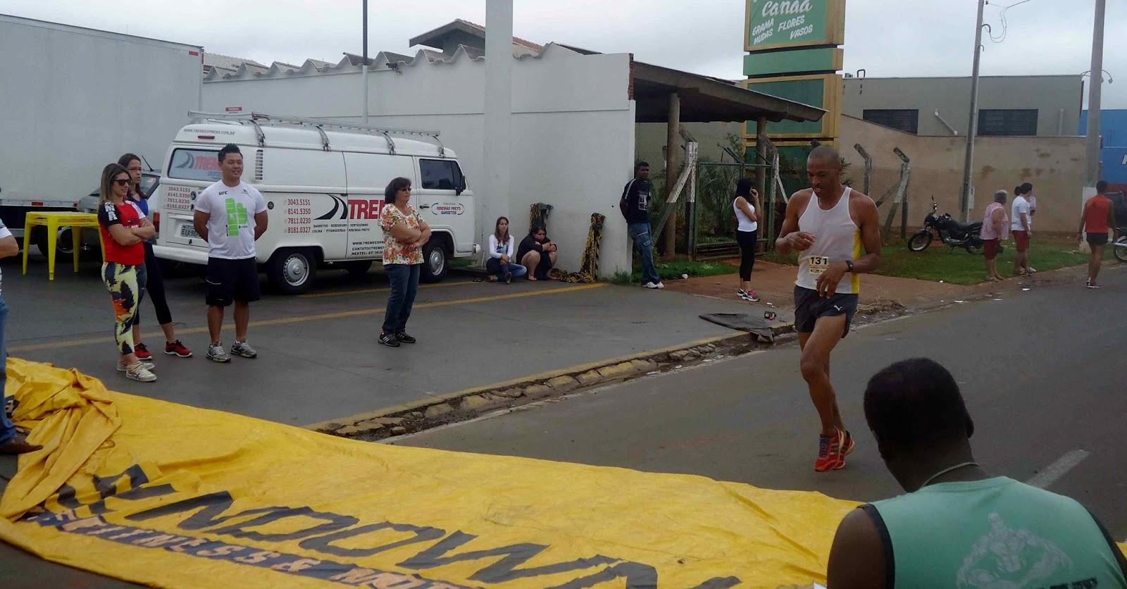 Foto 71 da 1ª Corrida Av. dos Coqueiros em Barretos-SP 14/04/2013 – Atletas cruzando a linha de chegada