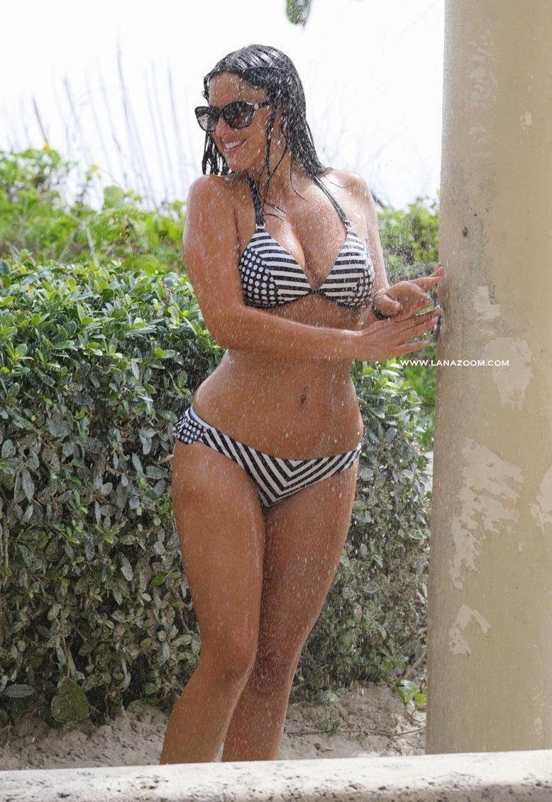 بالصور كلوديا روماني تستحم بالبكيني في ميامي